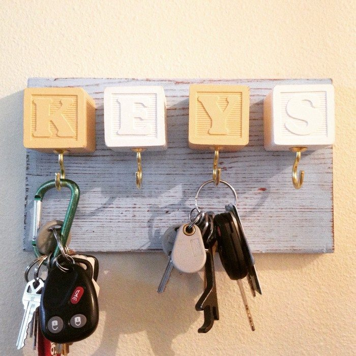 Creative key holder ideas craft projects for every fan for Ideas para colgar fotos