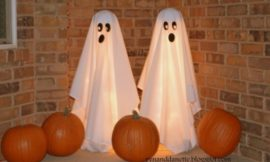 Make tomato cage ghosts for a quick and easy Halloween decor!