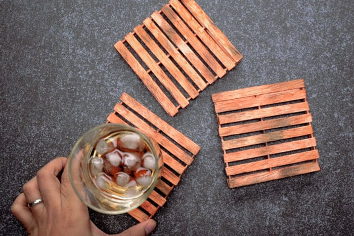 These DIY mini pallet coasters are perfect as gifts!
