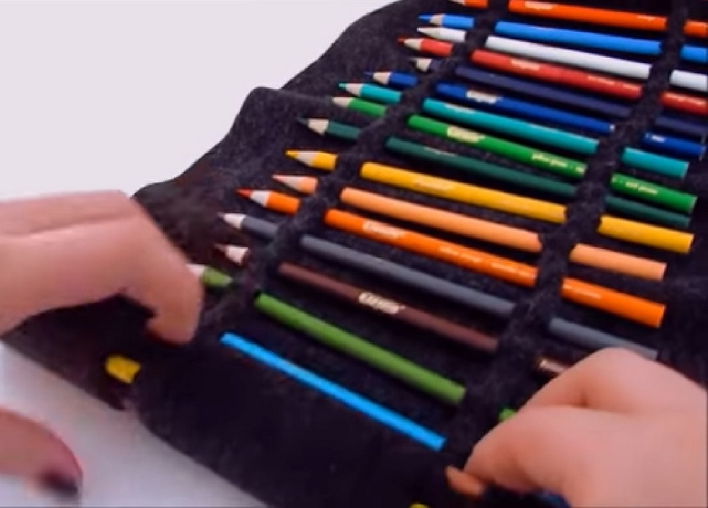 Here's a proper way to organize colored pens, pencils, crayons, or even make-up brushes!