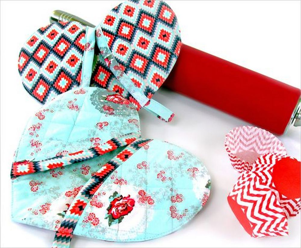 These DIY heart-shaped potholders are perfect gifts for your friends who love to cook and bake.