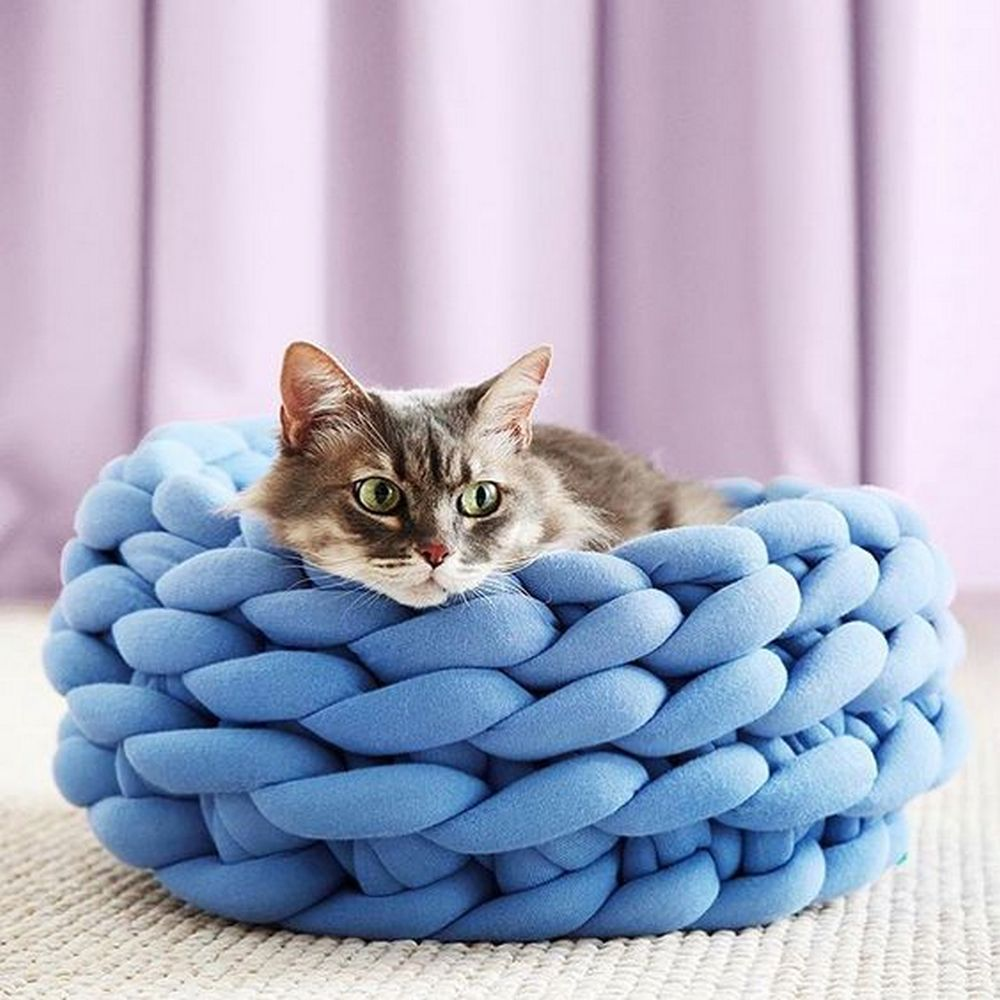 This DIY Ohhio braid pet bed will make perfect gifts for your pet-loving friends.