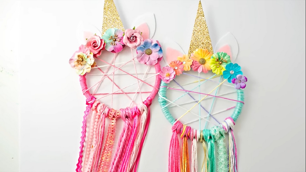 These DIY unicorn dreamcatchers will make magical decors to your daughter's bedroom.